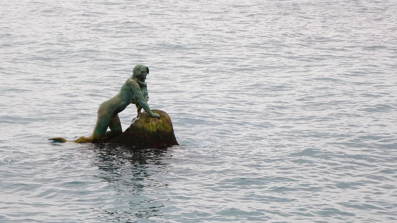 Мисхорская русалка с младенцем на руках.