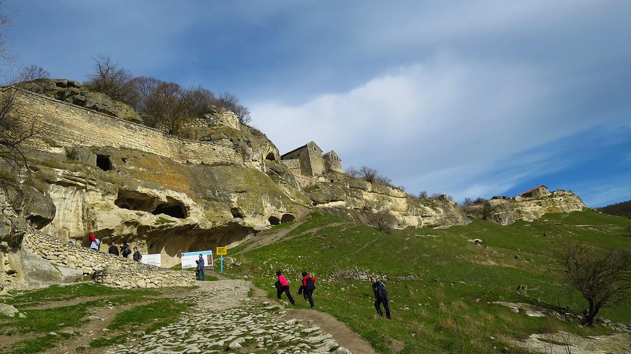 Самая посещаемая достопримечательность Крымского полуострова пещерный город Чуфут-Кале