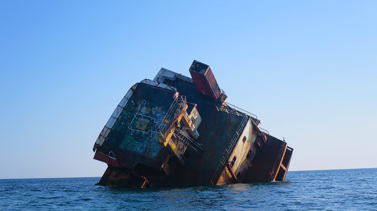 Затонувшее судно у крымского берега
