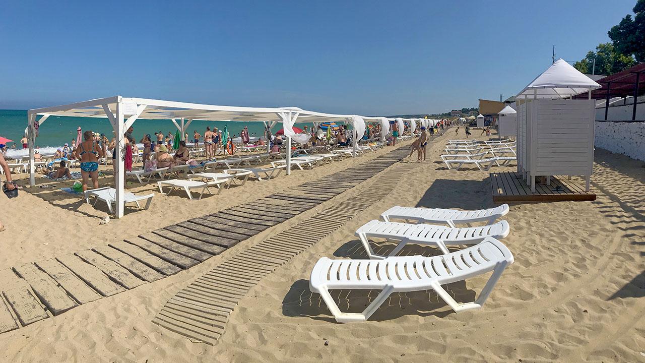Обустроенный песчаный пляж на Северной стороне Севастополя