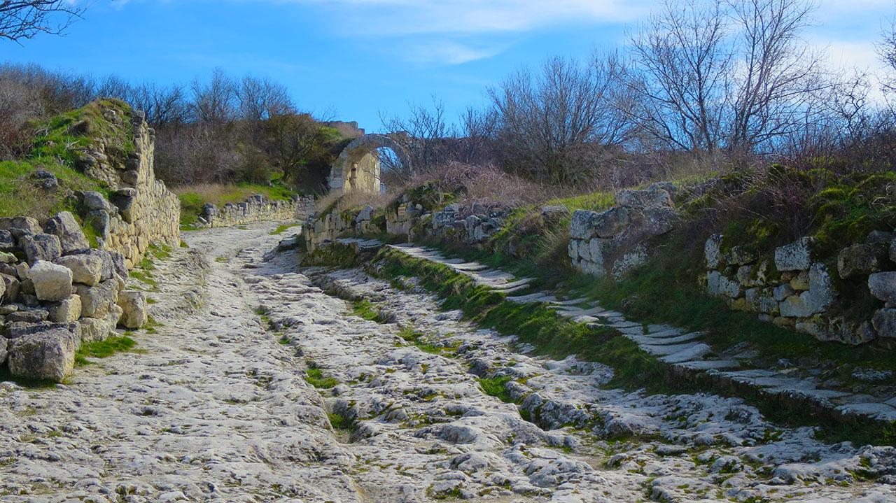 В Крыму стоит посмотреть пещерные города