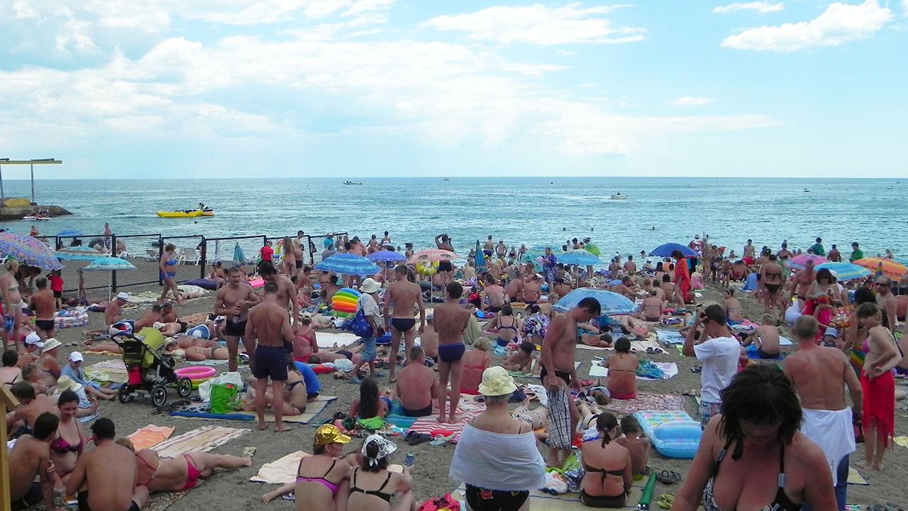 В разгар сезона на алуштинском пляже.