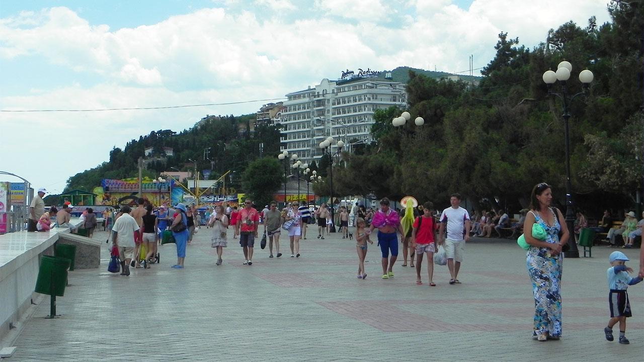 Алуштинская набережная летом
