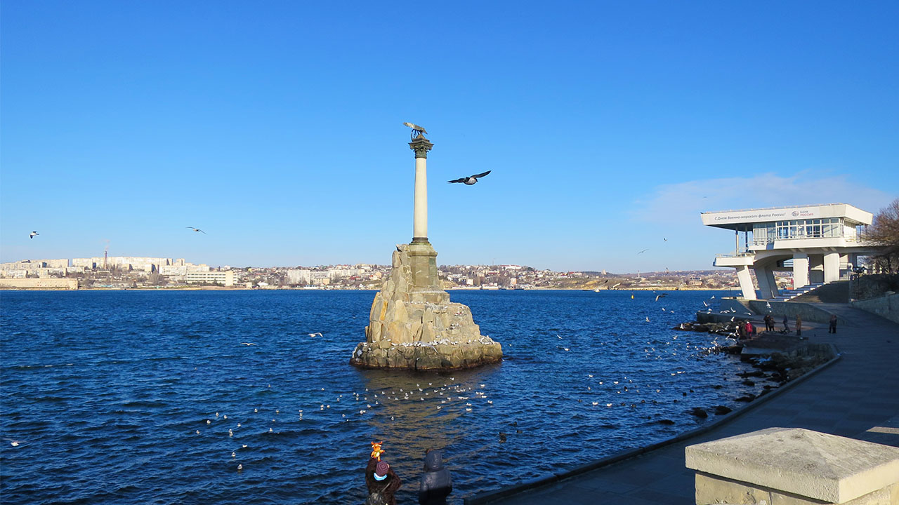 У памятника Затопленным кораблям