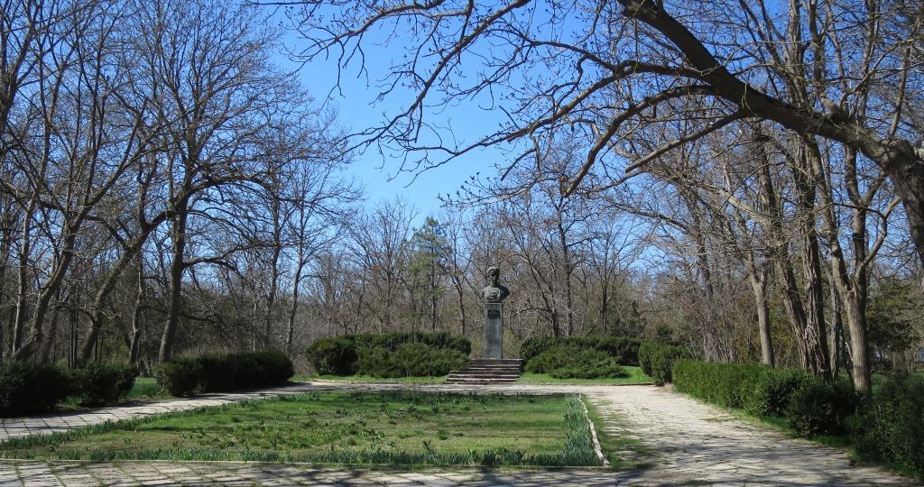 Памятник Лесе Украинке в Сакском парке
