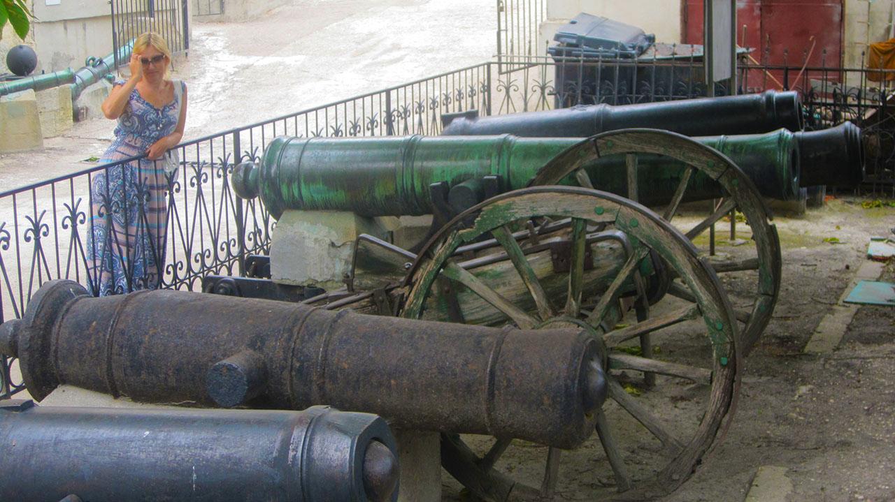 Пушки у музея Черноморского флота