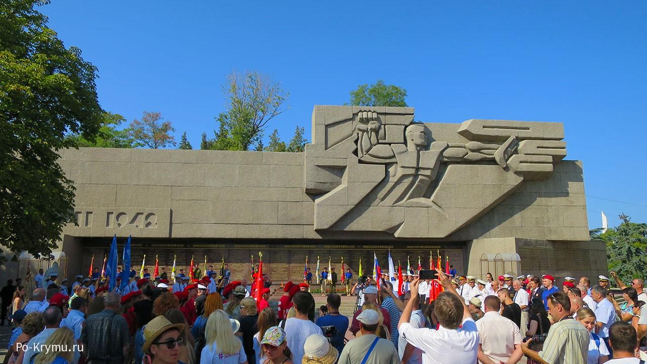 Вечный огонь у Мемориала героической обороны Севастополя 1941-1942 годов.