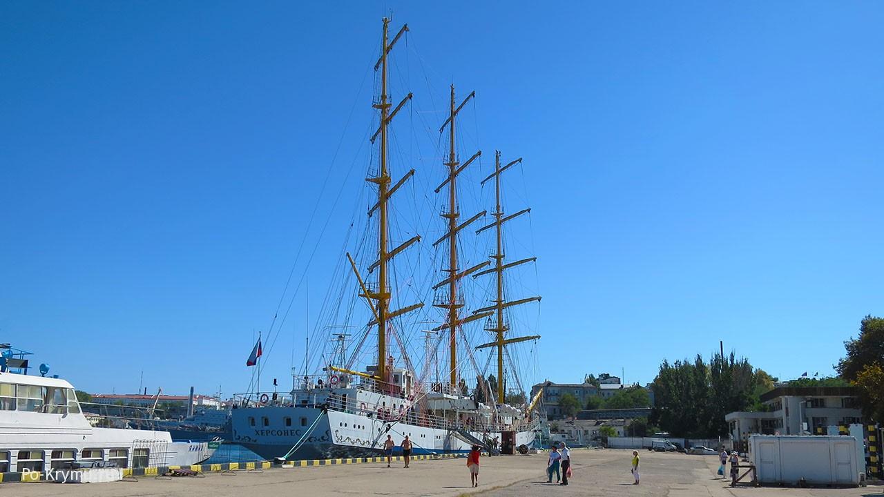Парусник Херсонес на севастопольском морском вокзале.