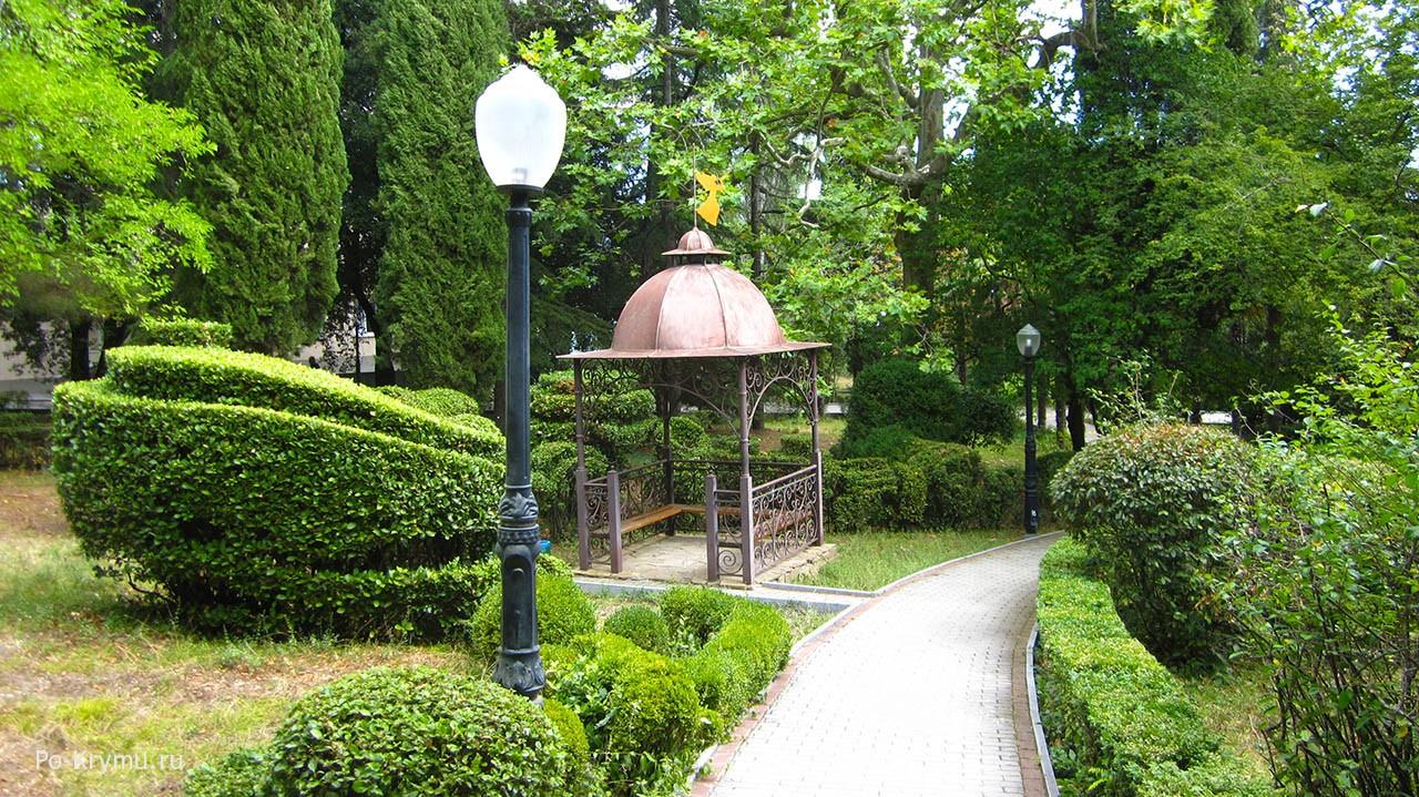 Ухоженный вечнозеленый парк