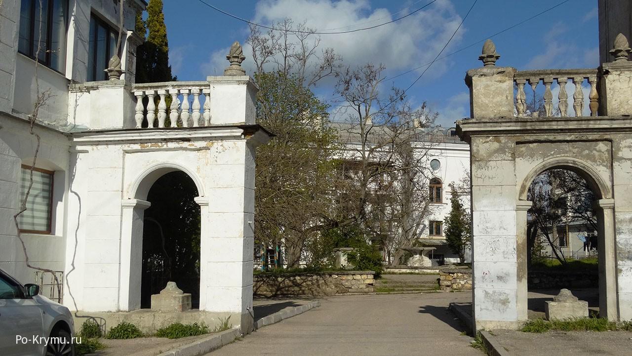 декоративные-шишеки-украшающие-старые-здания