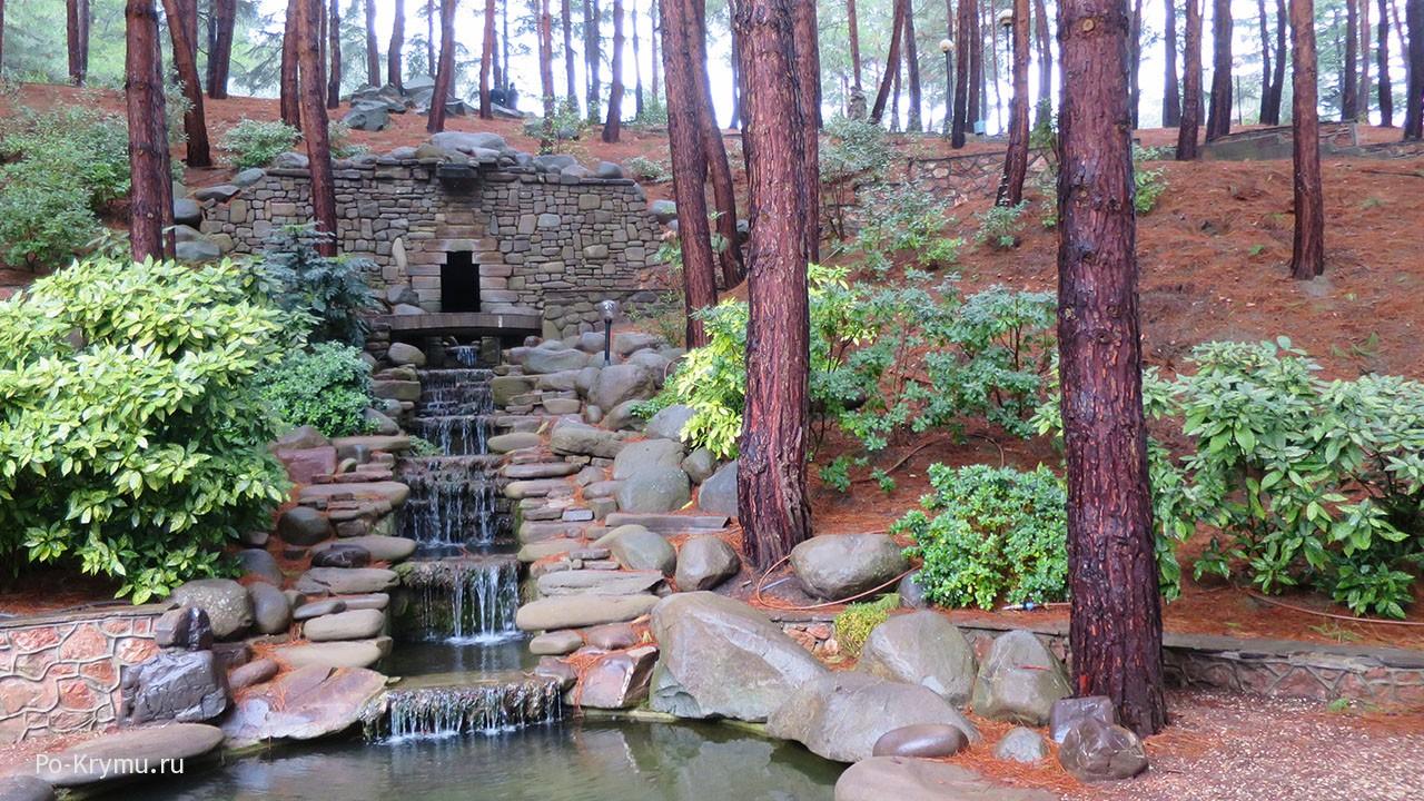 Достопримечательности Партенита - каскадный водопад в парке.
