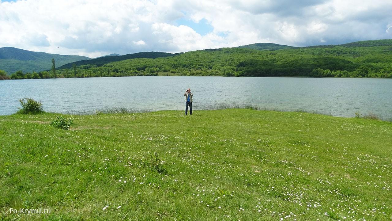 Озеро Нижнее - широкое, окруженное горами.