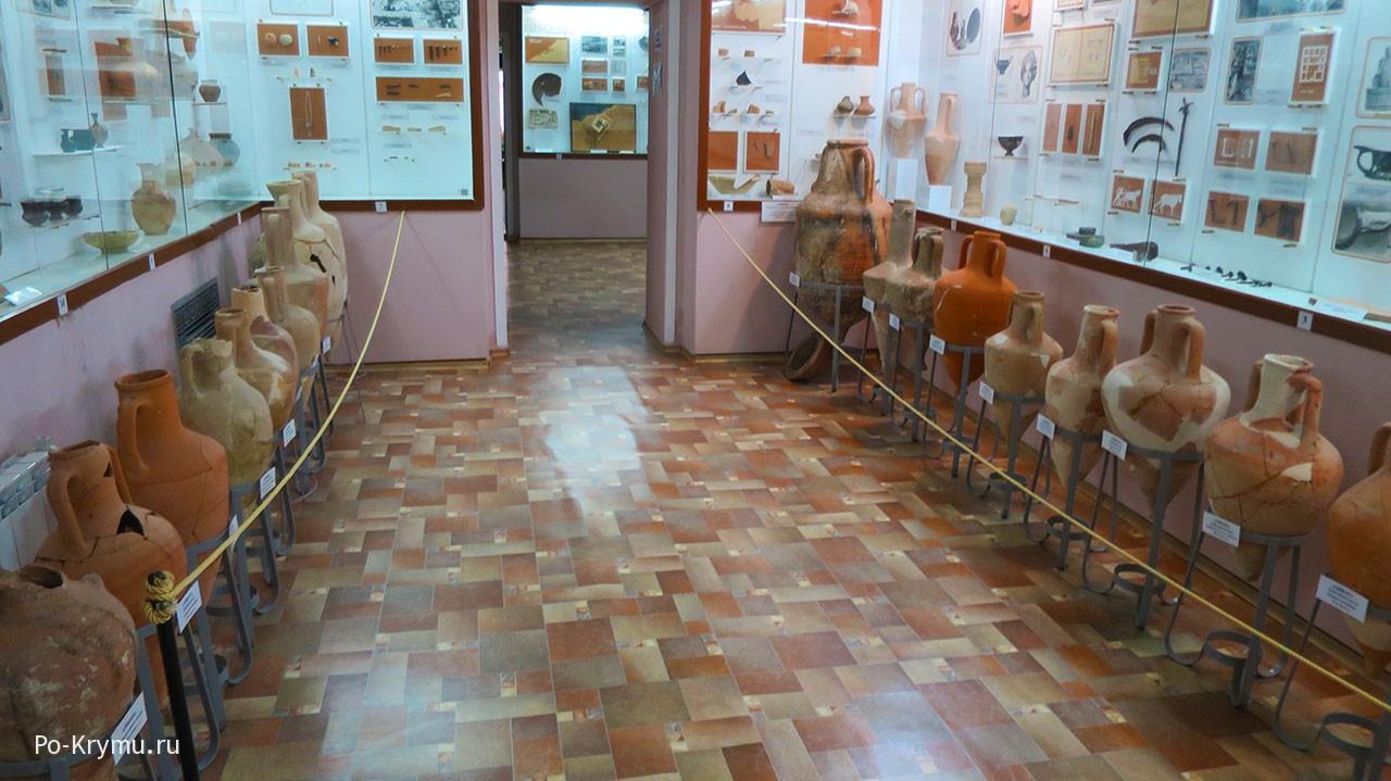 Разнообразные амфоры в одном из залов Черноморского историко-краеведческого музея