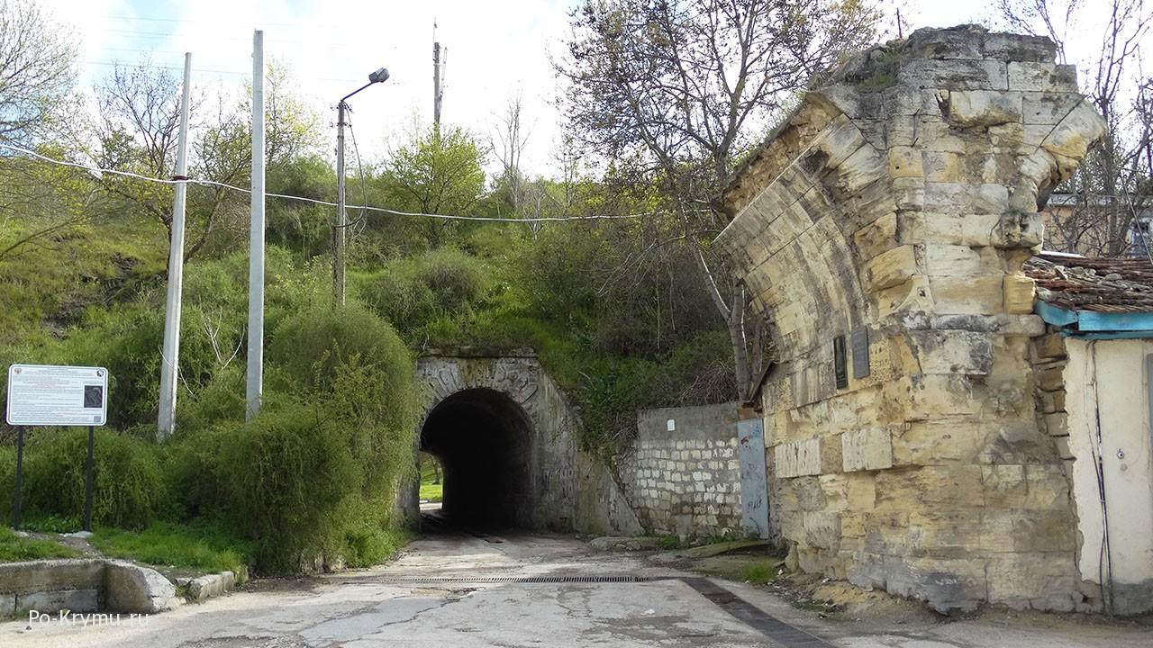 Севастополь, разрушенный акведук.