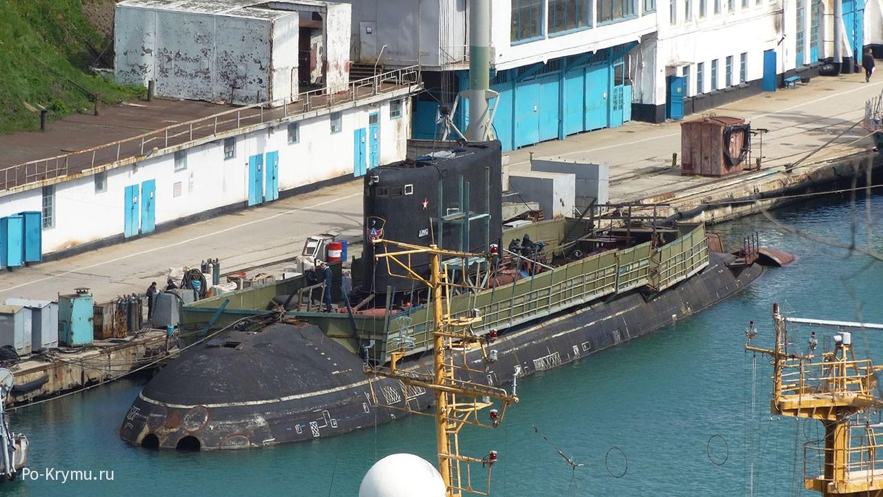 Дизельная подводная лодка у пирса в Севастополе..