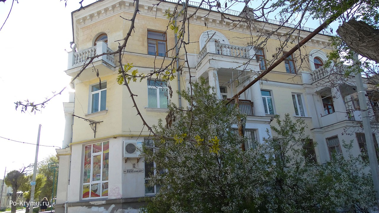 Резные балкончики на севастопольских улицах.