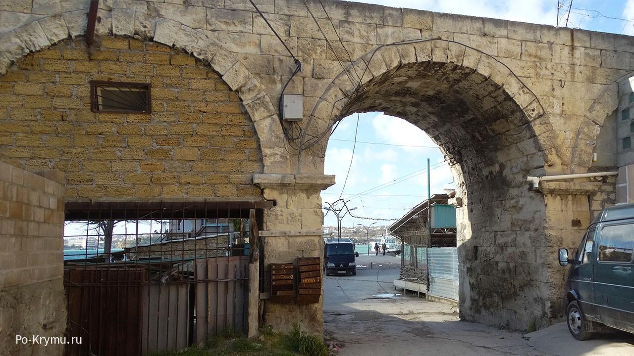 Сохранившаяся часть акведука.