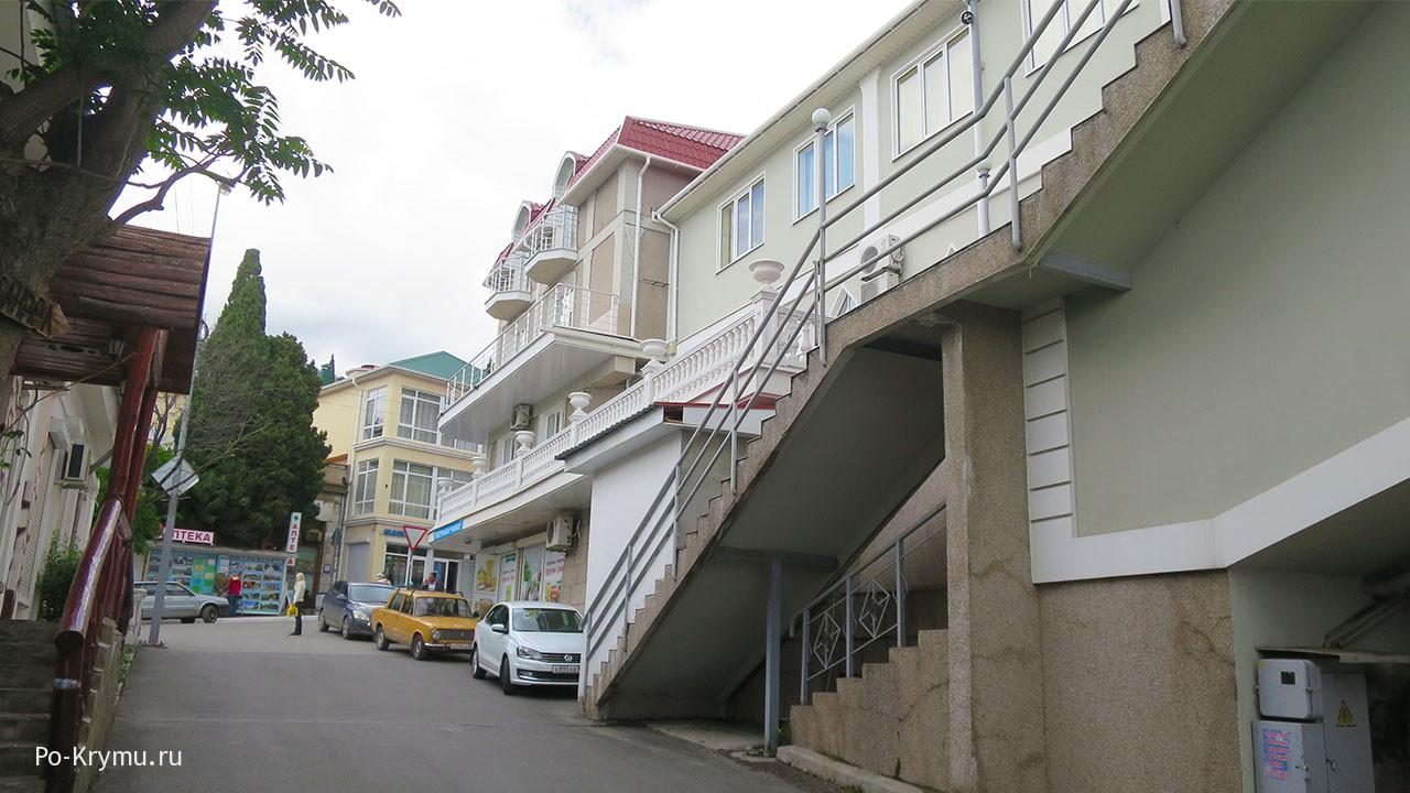 Современное жилье на крутых улочках.