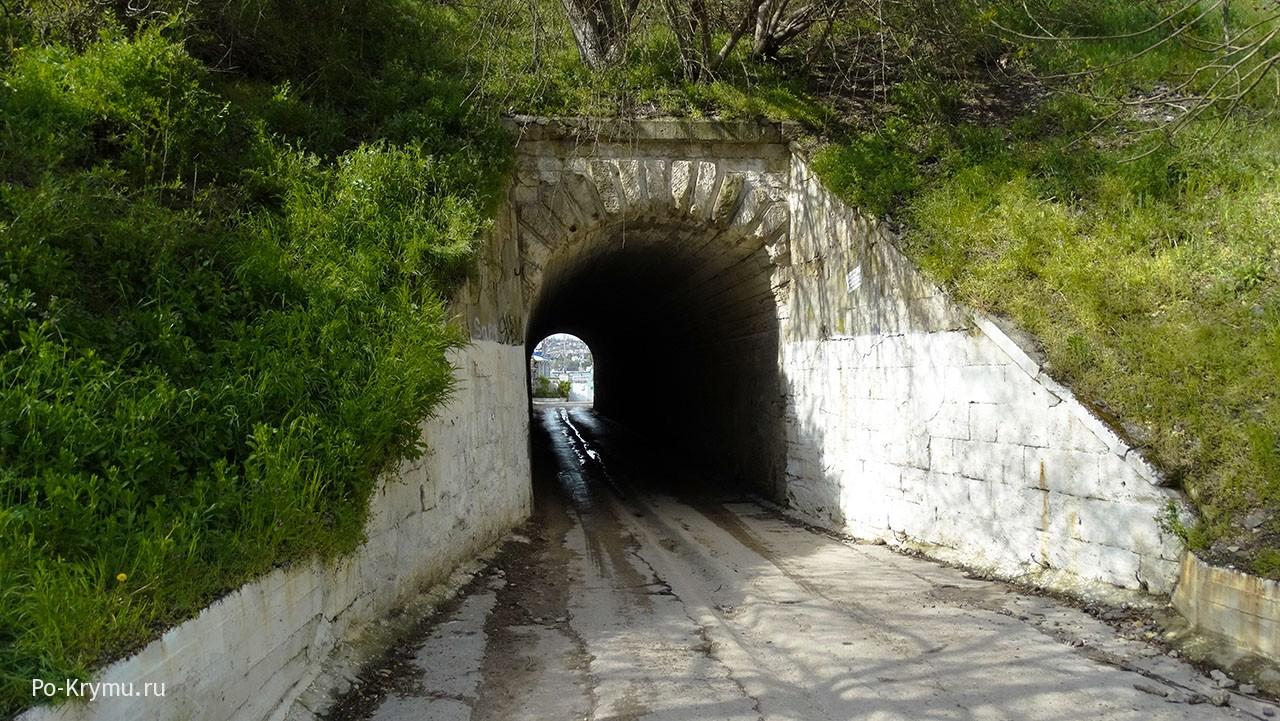 Старинный но действующий тоннель в Севастополе.