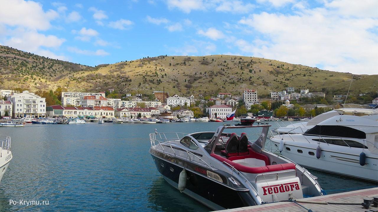 На фото Балаклава - красивые яхты и катера у пирса.