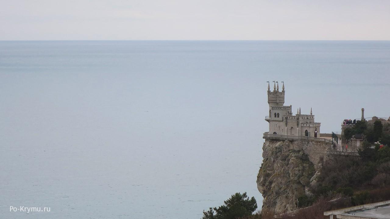 Серо-голубые оттенки морской глади у замка Ласточкино гнездо