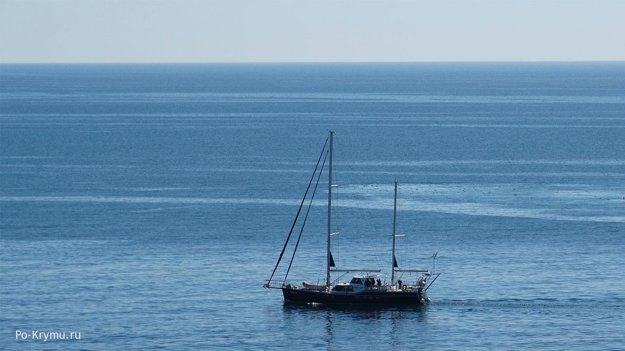Яхта в бескрайнем моревом цвете