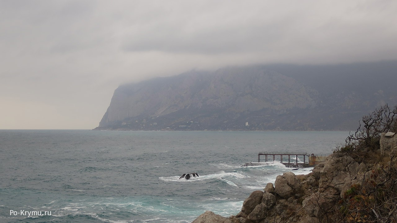 Серое вода и серые облака