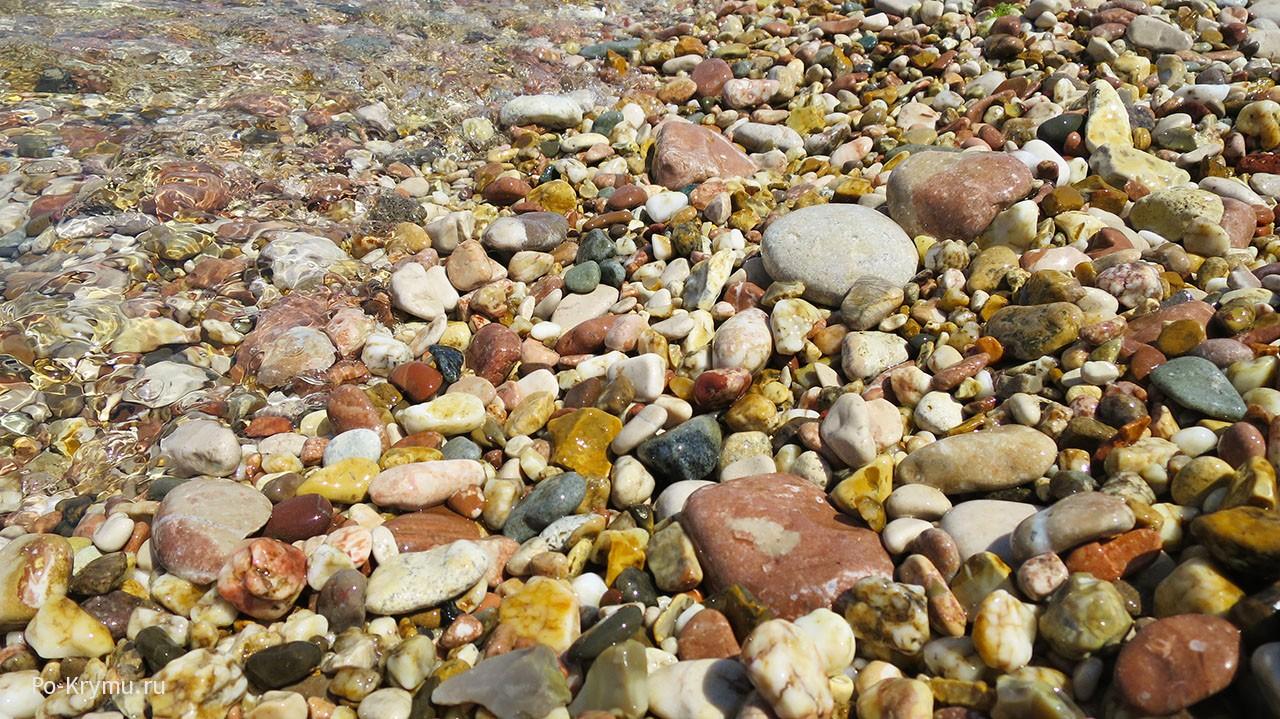 разноцветные камешки у воды