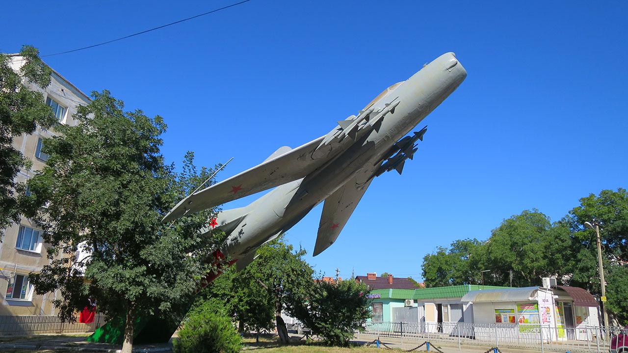 Реактивный самолет с полным вооружением
