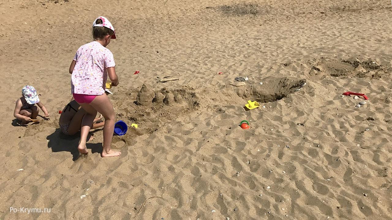 Мелкий нежный песок на чистых крымских пляжах