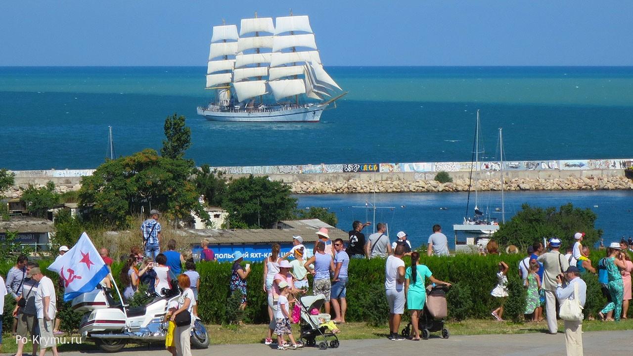 Красавец Херсонес под парусами на рейде Севастополя