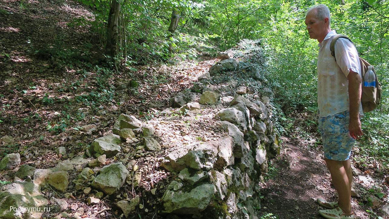древние стены под Севастополем.