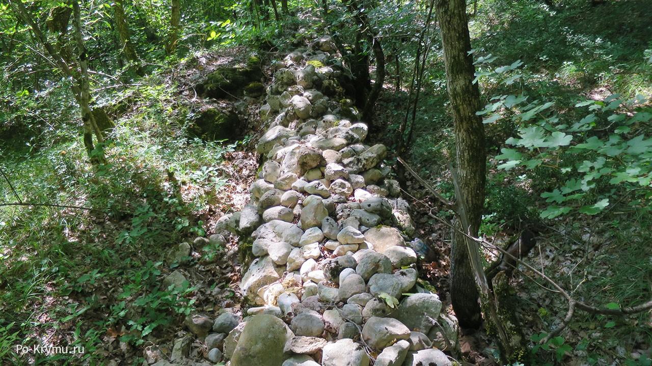 Раскопки у античной стены.