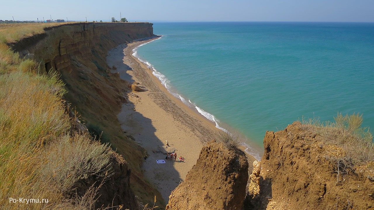Песчаный пляж у Севастополя.