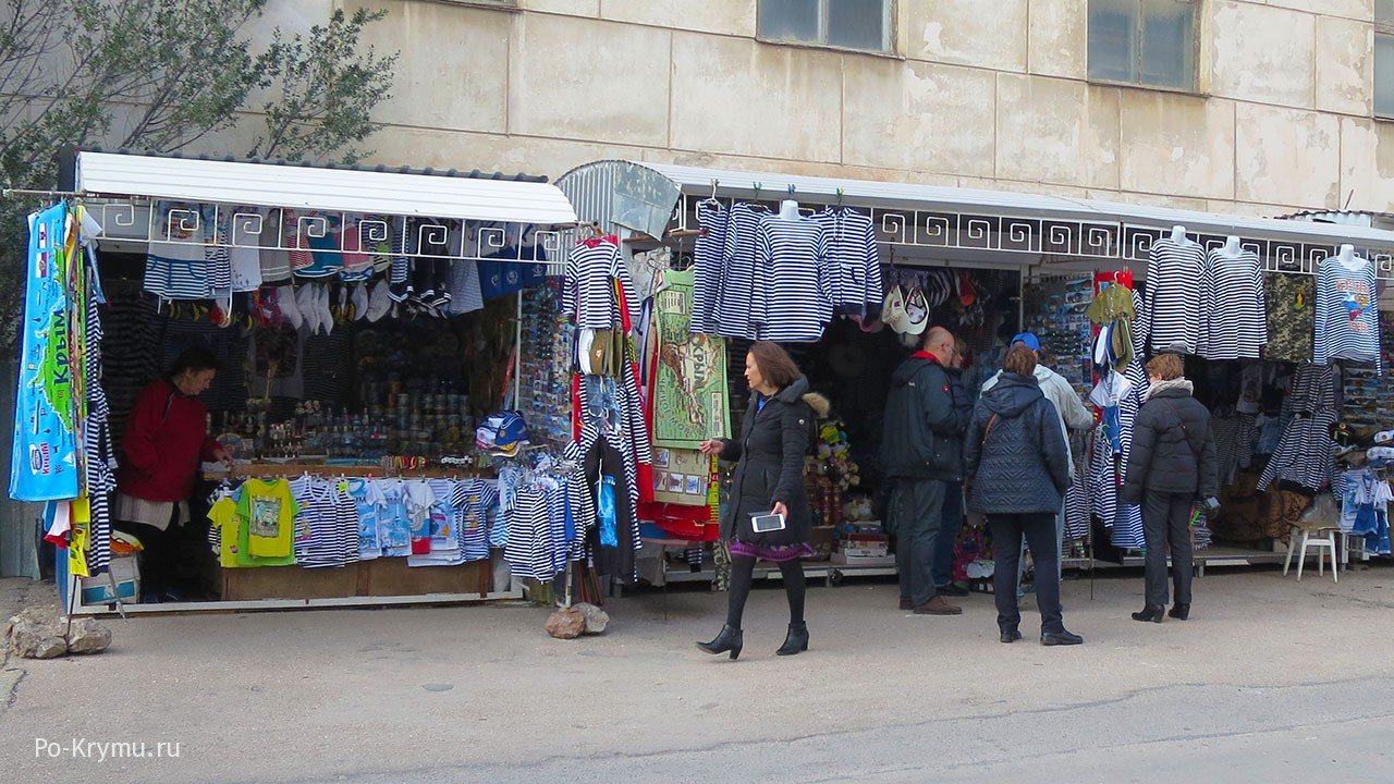 В Балаклаве оживленная торговля сувенирами не прекращается и зимой