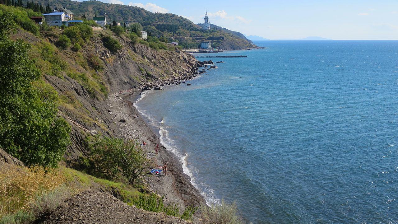 Дикий пляж между пос. Малореченское и Солнечногорское