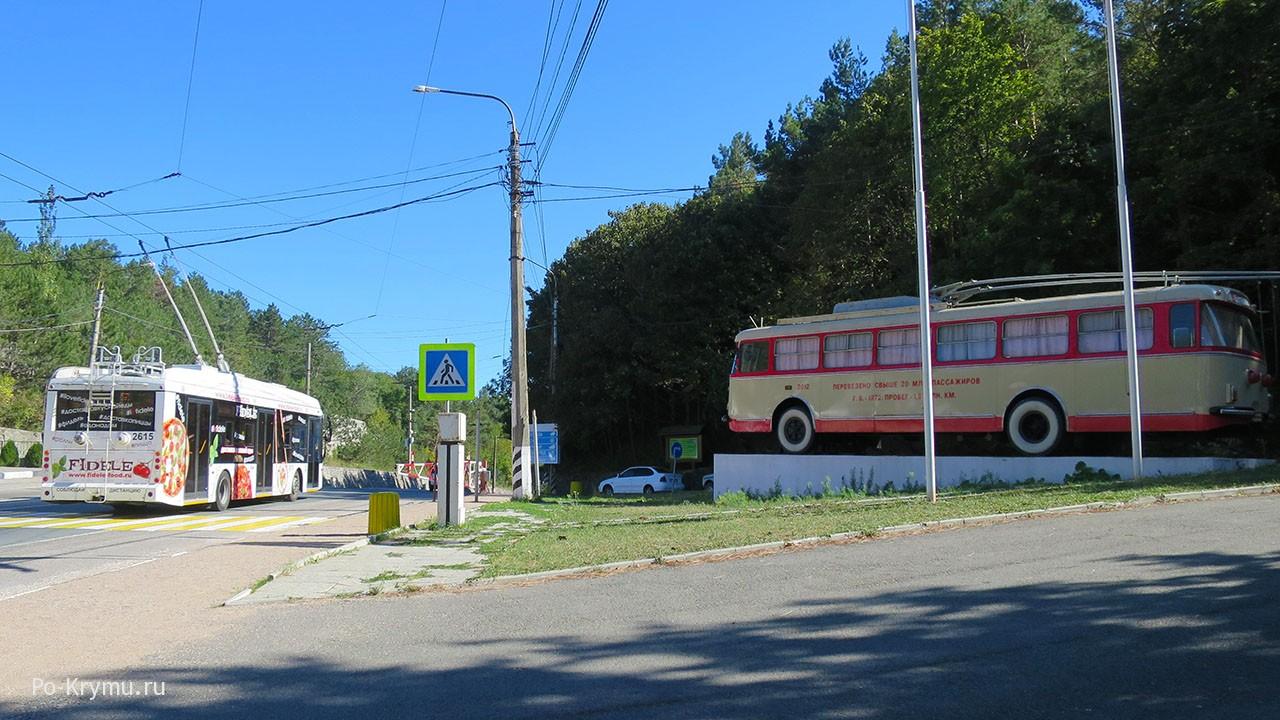 Памятник траллейбусу на Ангарском перевале