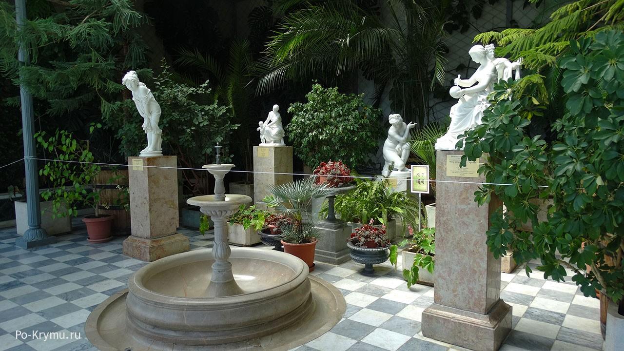 Дворцовые скульптуры.