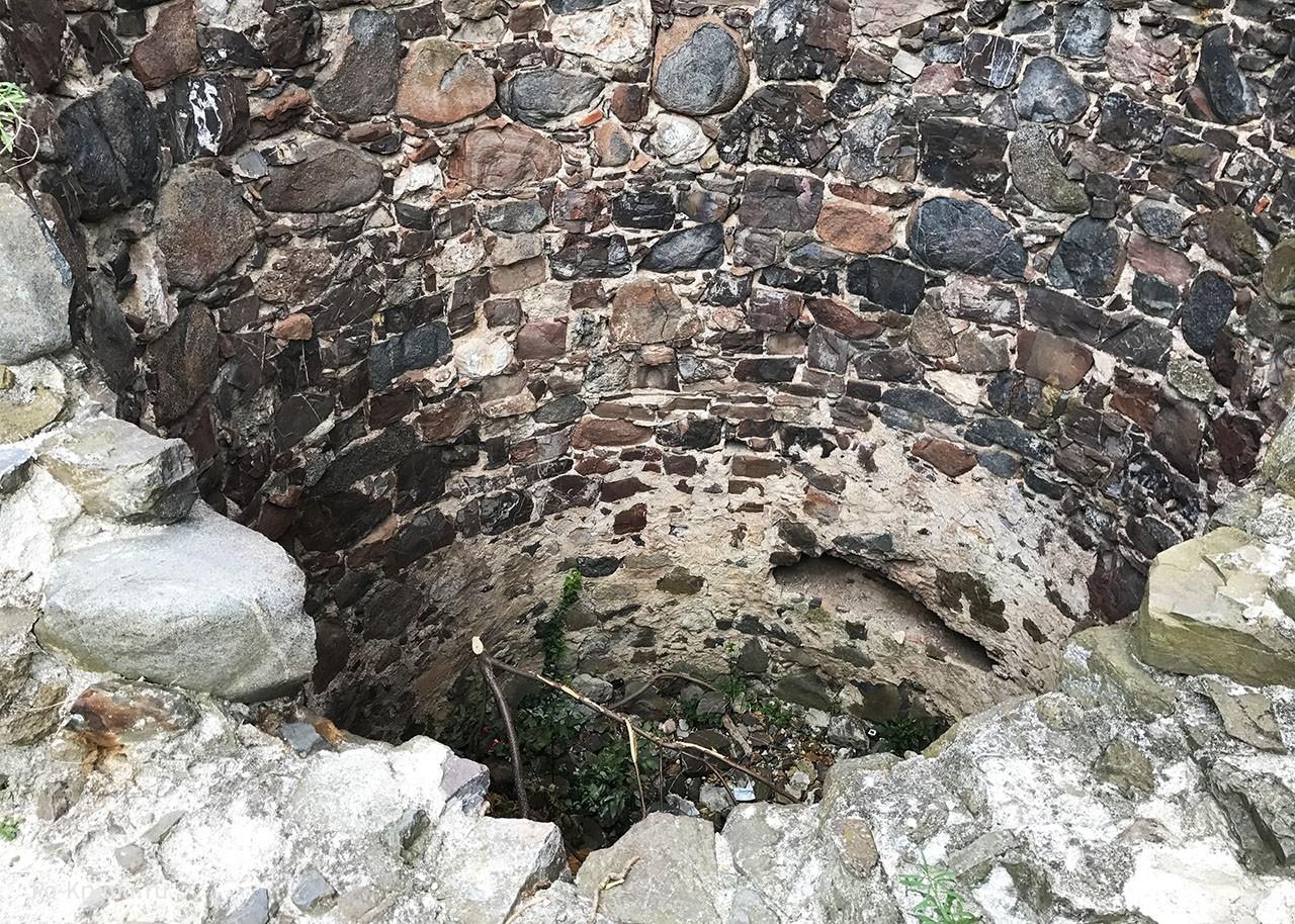 Камень стен.