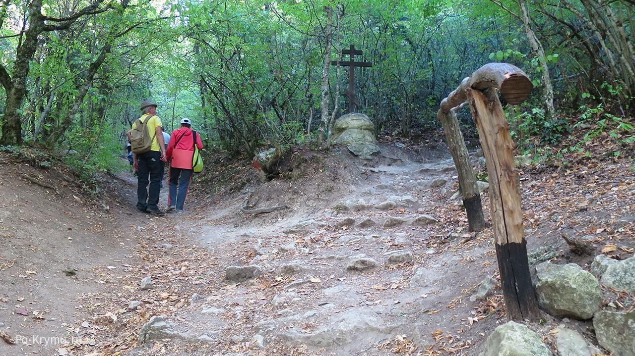 Направо дорога к монастырю Федора Стратилата