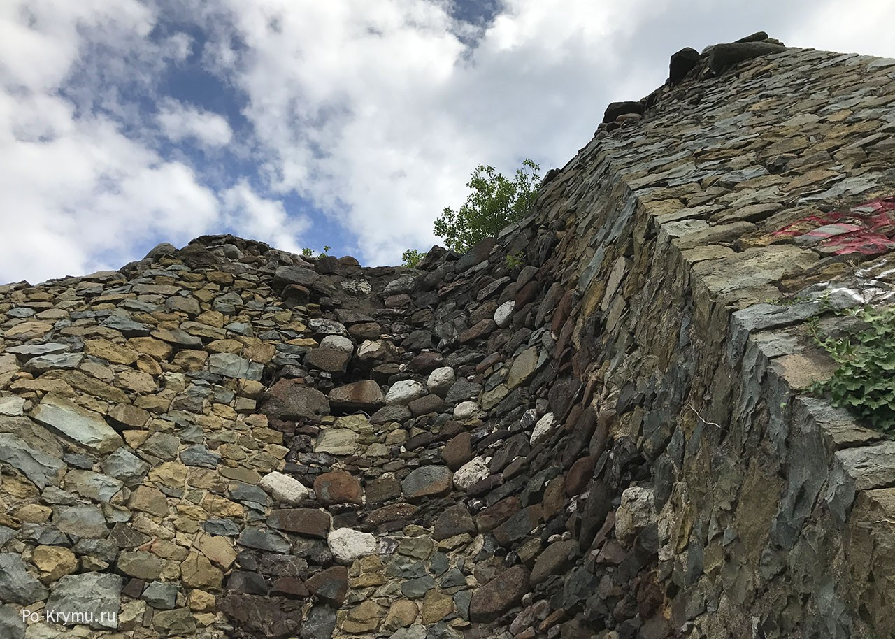 Толстые стены башни Алустон.