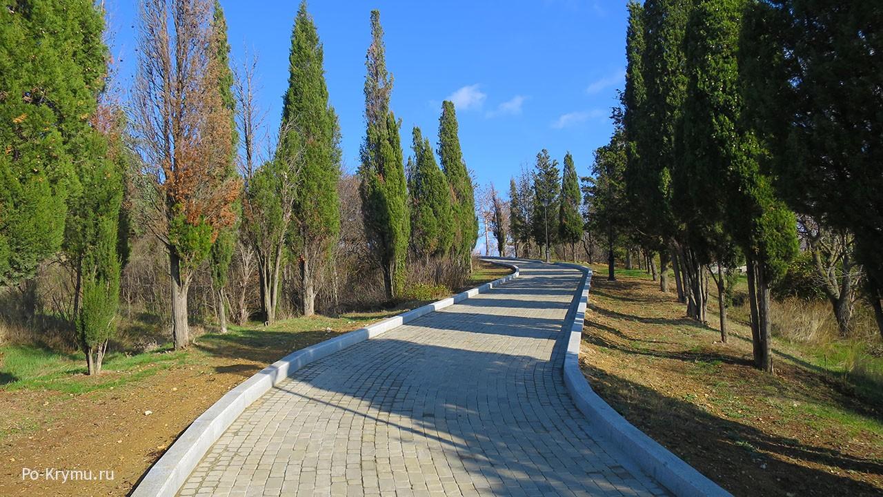Новые дорожки по периметру Малахова кургана.