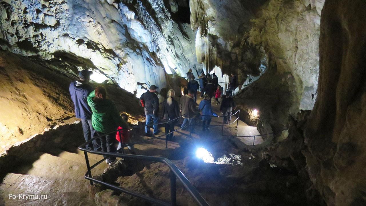 Волшебная экскурсия по темным подземным залам.