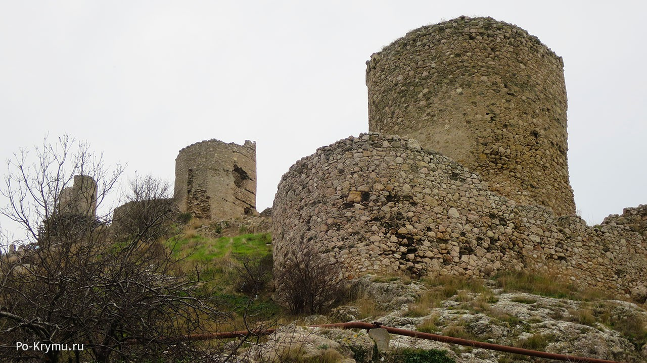 Живописные развалины Чембало в Крыму.