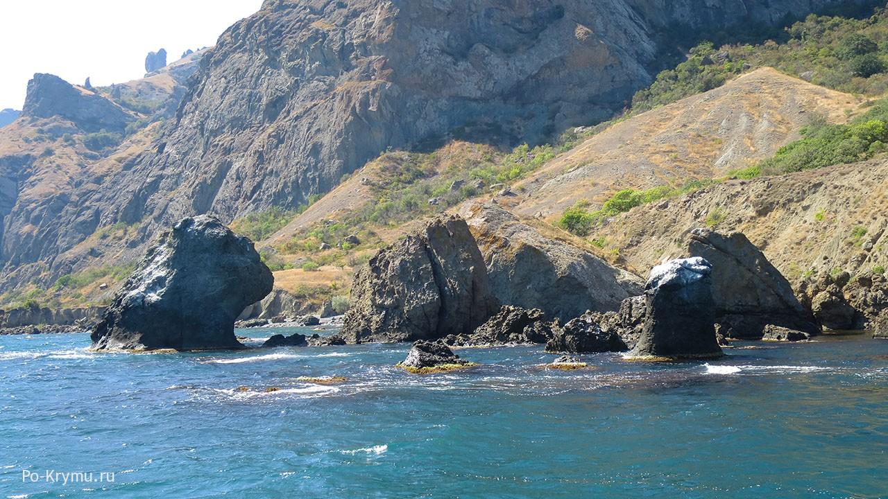 Рускалка Карадага выглядывает из воды.