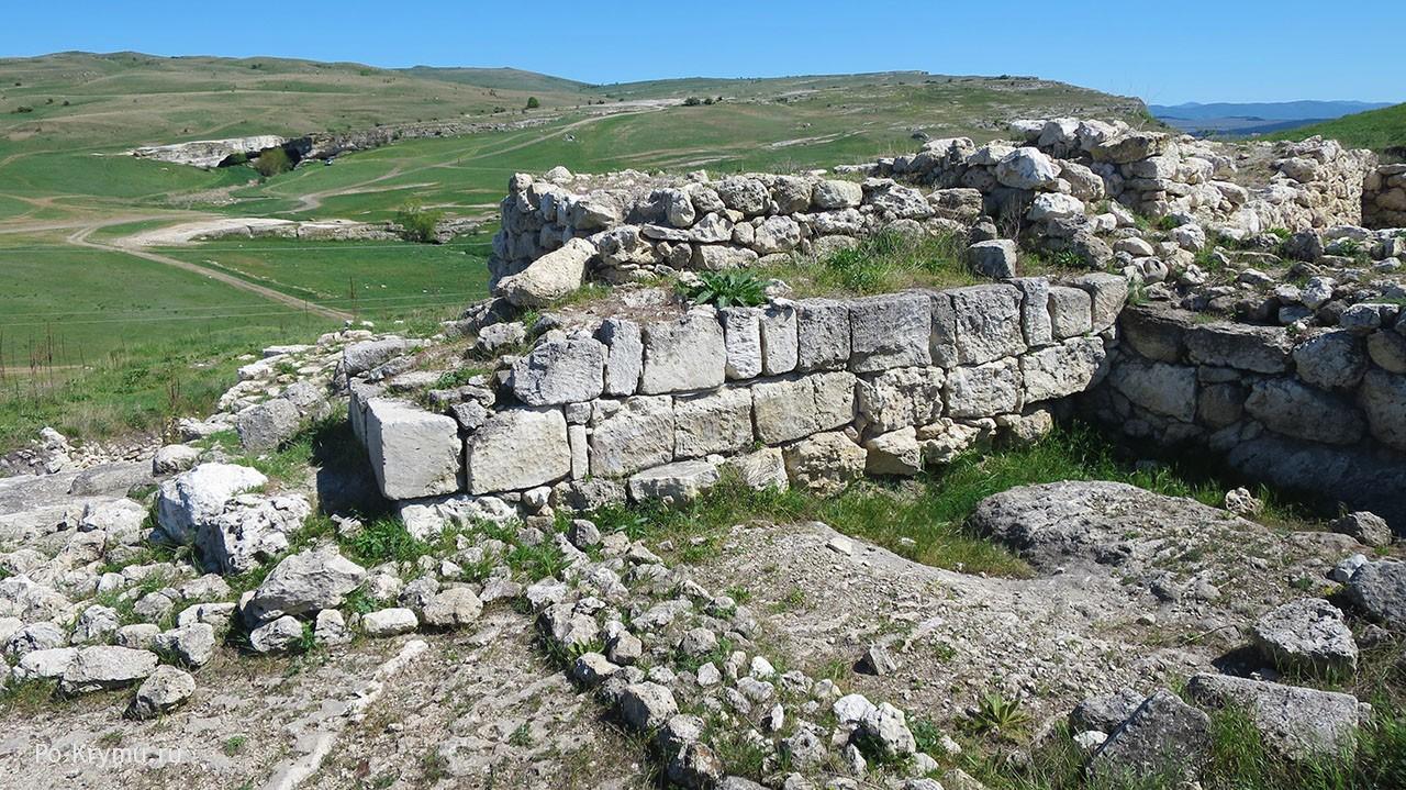 Скифская крепость Ак Кая, Белогорск, Крым - руины, колодцы, стены.