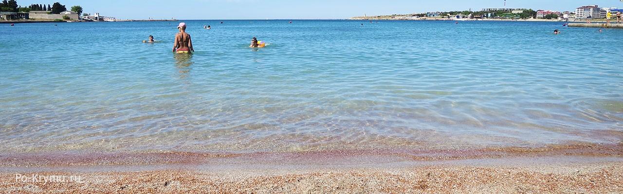 Нежный розовый песок на пляжах бухты Омега
