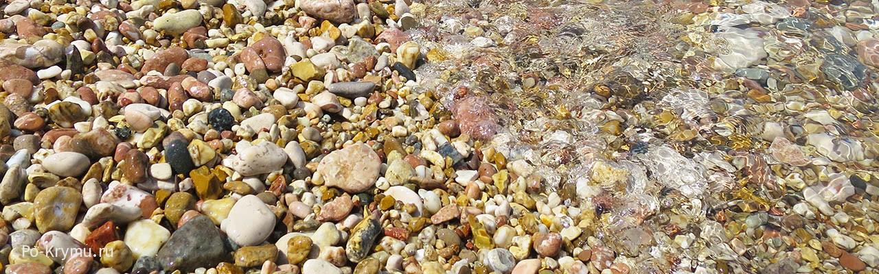 Фото гальки в прозрачной воде пляжа Толстяк на Северной стороне Севастополя