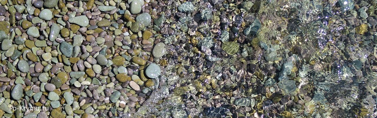 Плоская галька пляжа в Никите