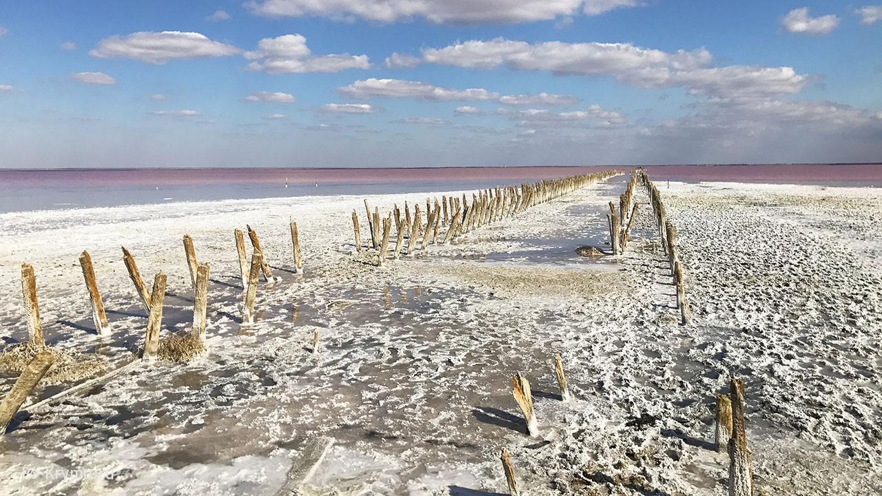 Фотографии на розовом озере надо делать тут.
